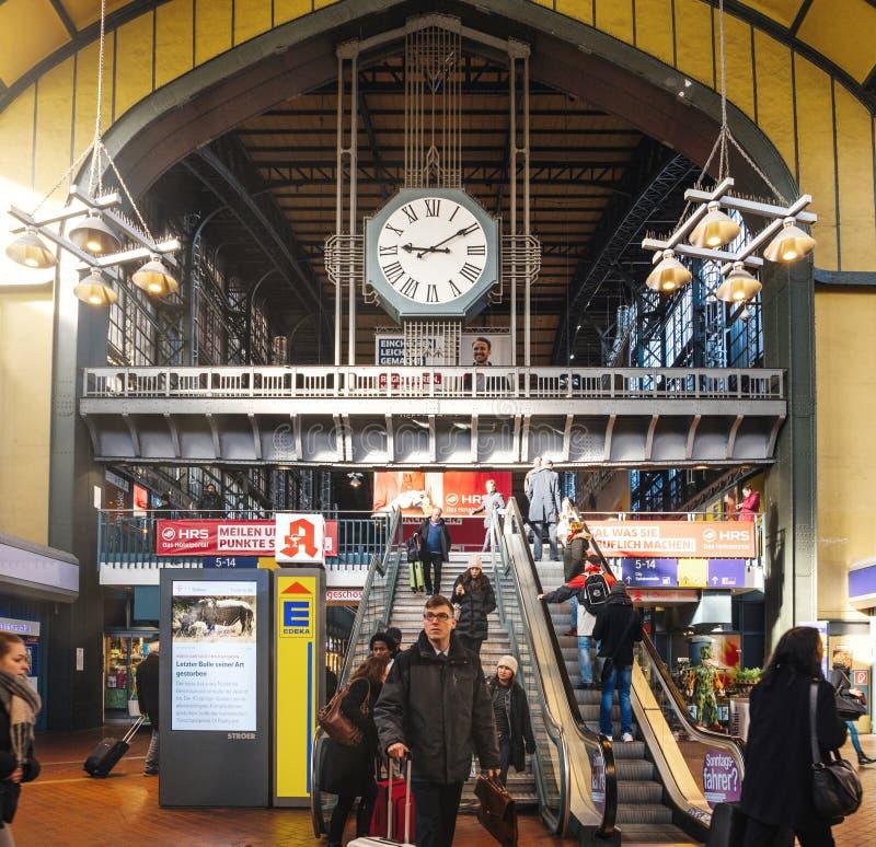Viajeros en la escalera móvil dentro de la estación de tren de Hamburgo fotos de archivo