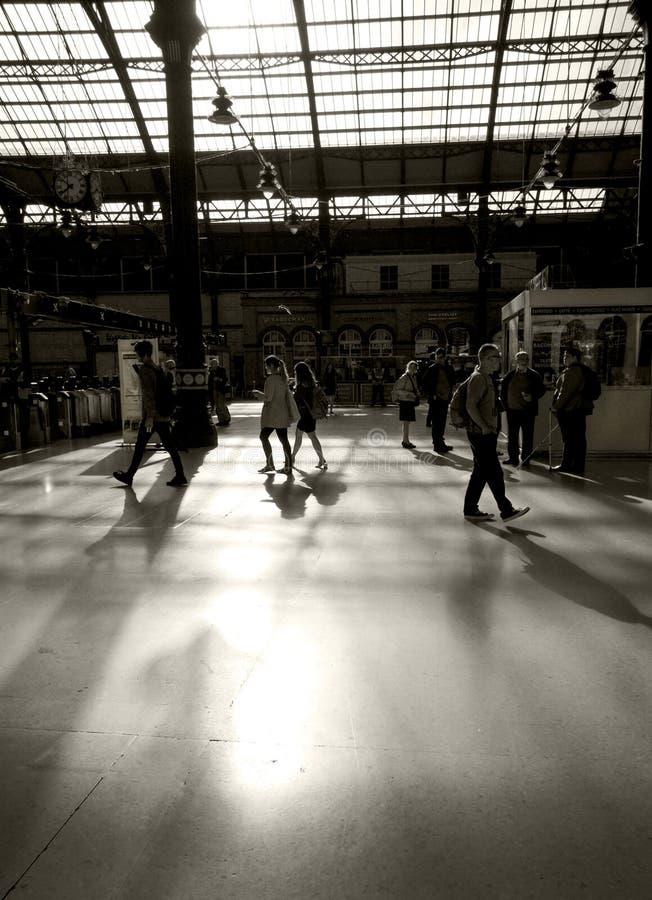 Viajeros en la estación de tren de Brighton foto de archivo libre de regalías