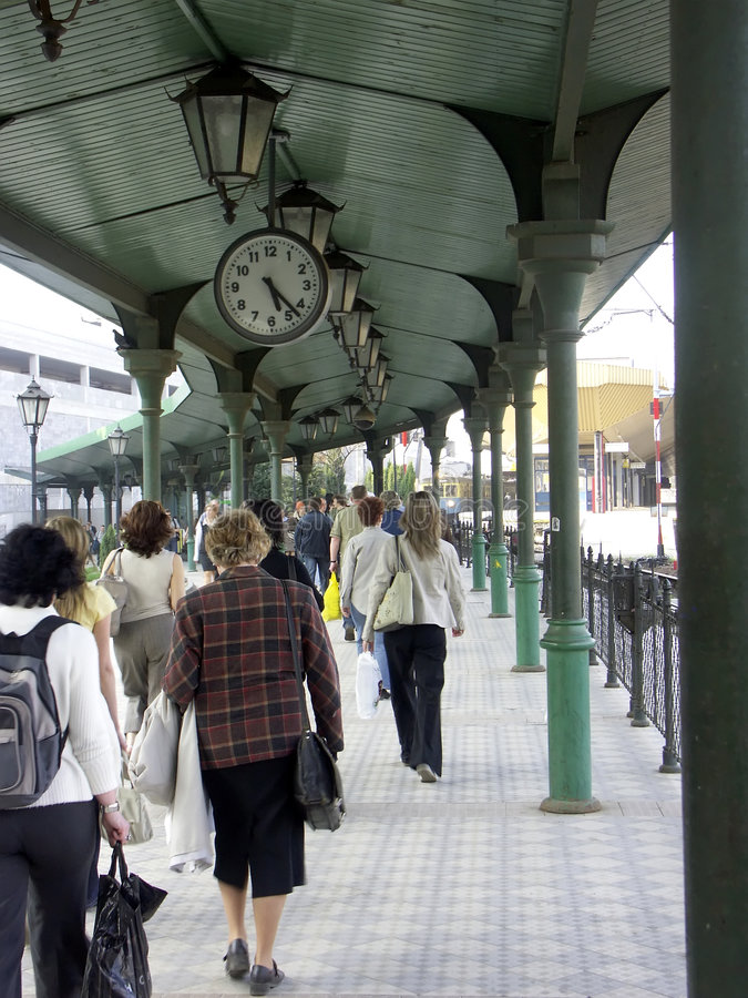 Viajeros en la plataforma del ferrocarril fotografía de archivo libre de regalías
