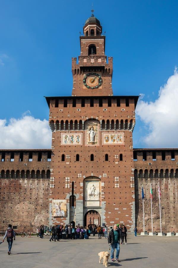Viajeros en la puerta delantera del castillo de Sforzesco, Italia imagen de archivo libre de regalías