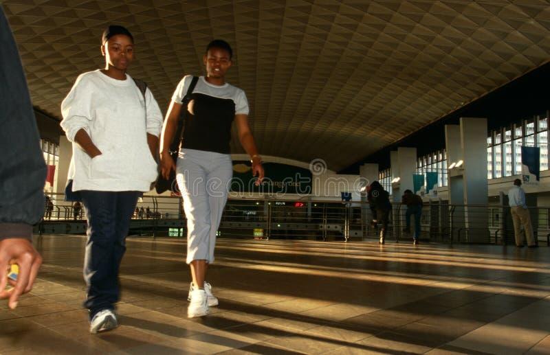 Viajeros en una estación de Johannesburg foto de archivo