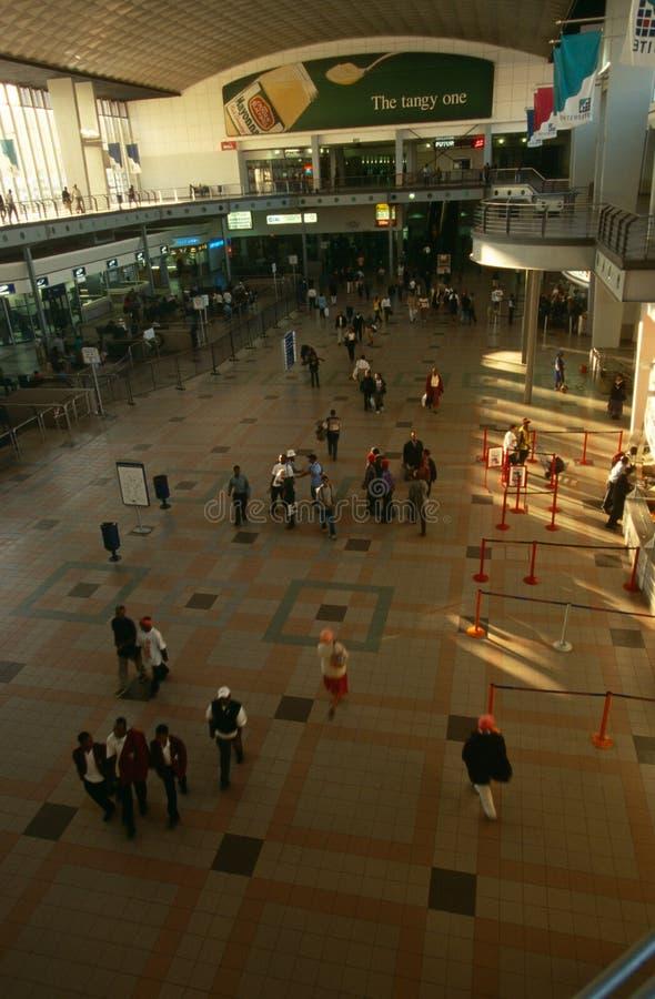 Viajeros en una estación de Johannesburg foto de archivo libre de regalías