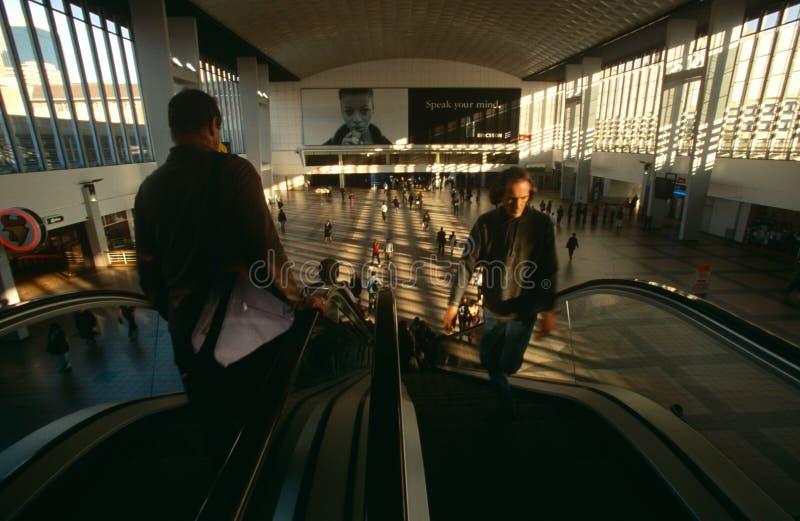 Viajeros en una estación de Johannesburg fotografía de archivo