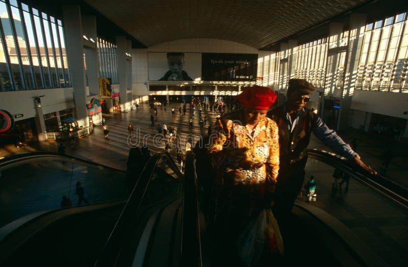 Viajeros en una estación de Johannesburg imagenes de archivo