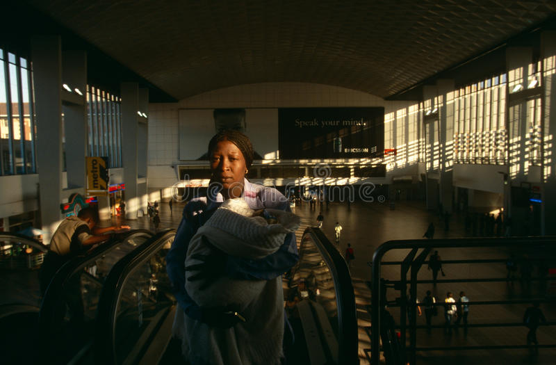 Viajeros en una estación de Johannesburg fotografía de archivo libre de regalías
