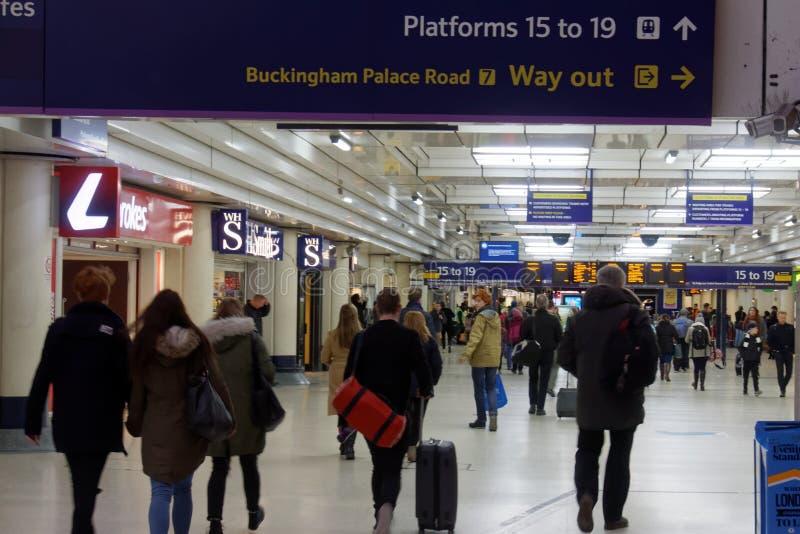 Viajeros en Victoria Station foto de archivo libre de regalías