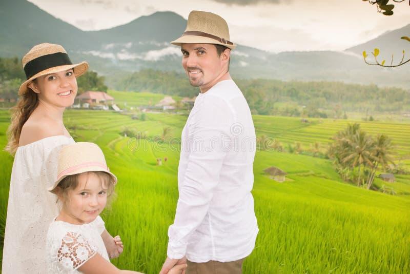 Viajeros felices de la familia que toman el selfie Gente que viaja en arroz del jatiluwih imagen de archivo libre de regalías