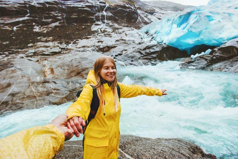 Viajeros felices de los pares que llevan a cabo las manos que viajan junto imagenes de archivo