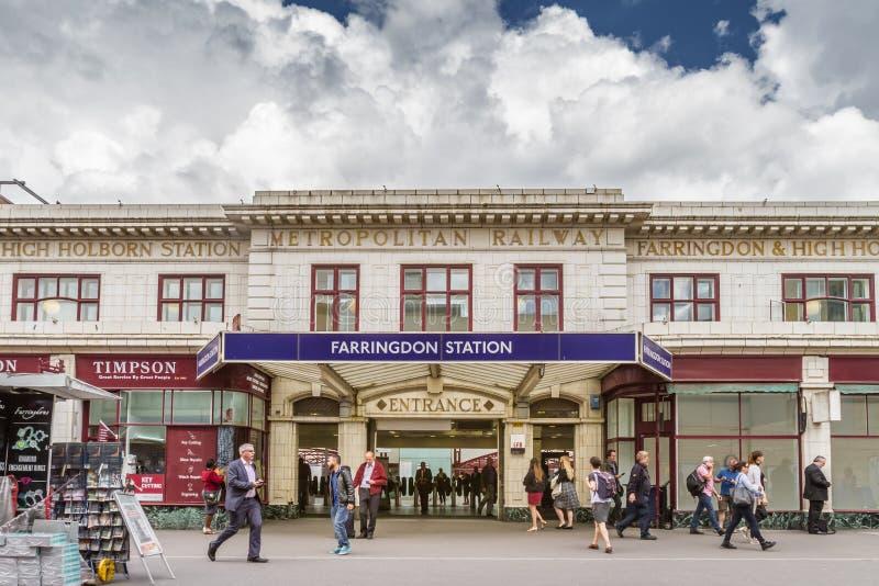 Viajeros fuera de la entrada a la estación de Farringdon foto de archivo
