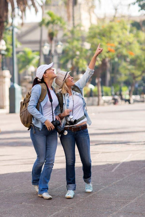 Viajeros jovenes que hacen turismo imagen de archivo libre de regalías