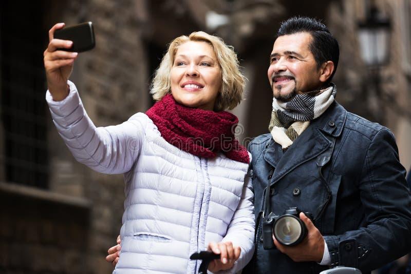 Viajeros maduros que hacen el selfie imagenes de archivo