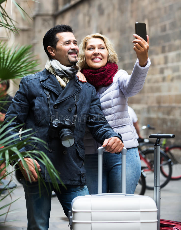 Viajeros maduros que hacen el selfie fotografía de archivo