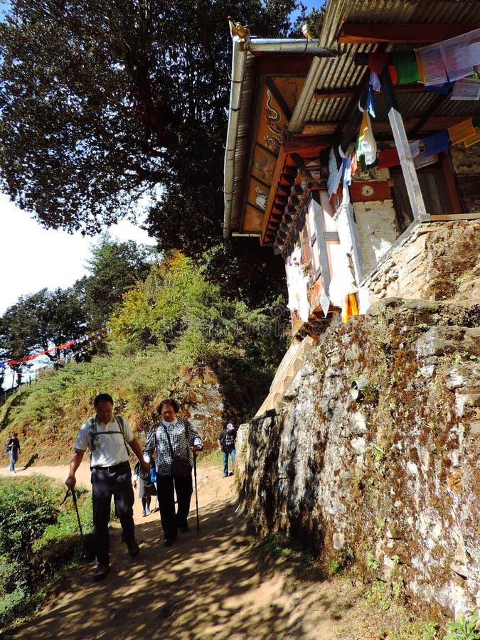 Viajeros que caminan hacia Paro Taktsang de Bhután fotos de archivo