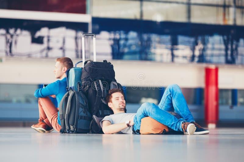 Viajeros que esperan salida fotos de archivo libres de regalías