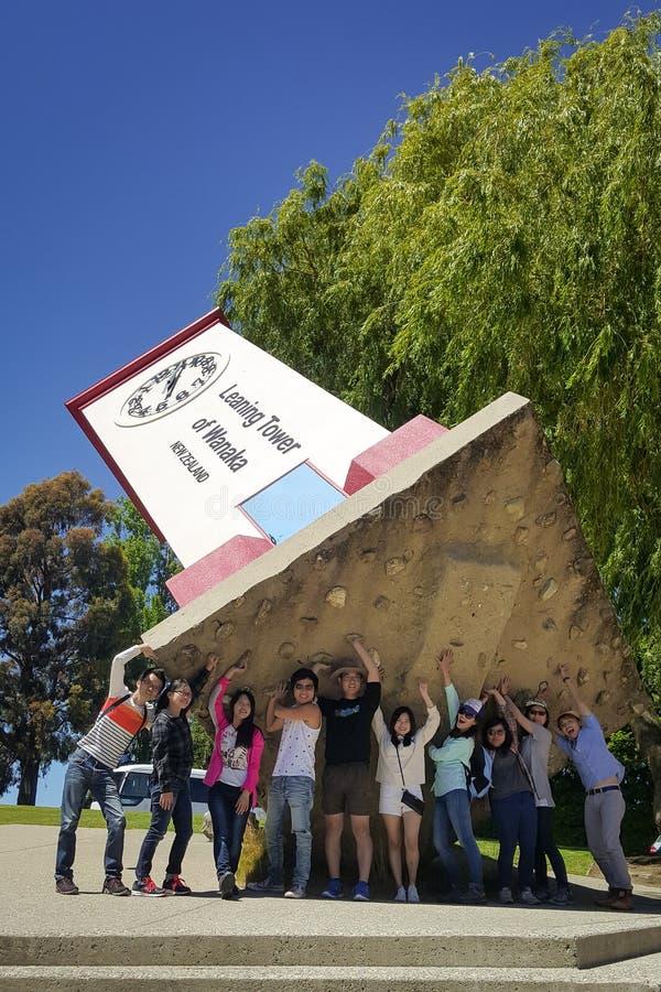 Viajeros que se divierten en el mundo de desconcierto, Wanaka, Nueva Zelanda imagen de archivo