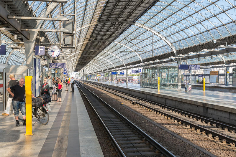 Viajeros y viajeros que esperan en el ferrocarril de Spandau en Berlín-Spandau, Alemania imagen de archivo libre de regalías