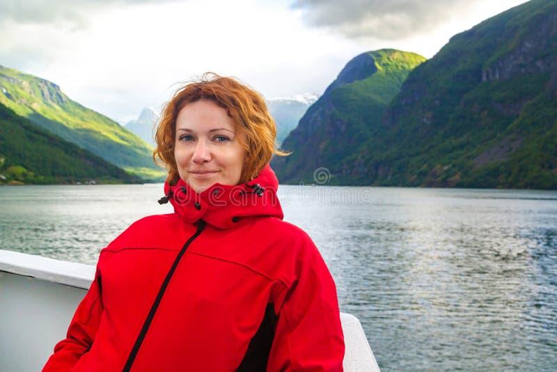 Viajes de la mujer joven en Noruega fotografía de archivo