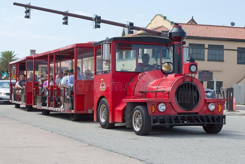 Viajes rojos del tren fotografía de archivo