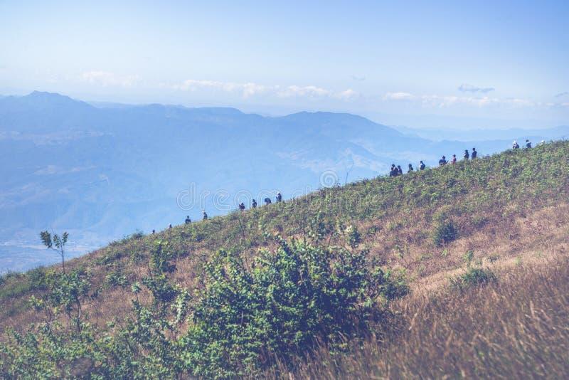 Viajes turísticos, senderos a lo largo de los cantos de la montaña imágenes de archivo libres de regalías