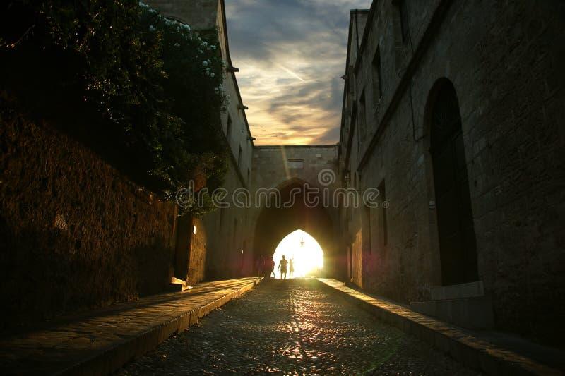 Viale medievale dei cavalieri alla notte fotografia stock