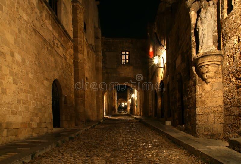 Viale medievale dei cavalieri alla notte, Rodi fotografia stock