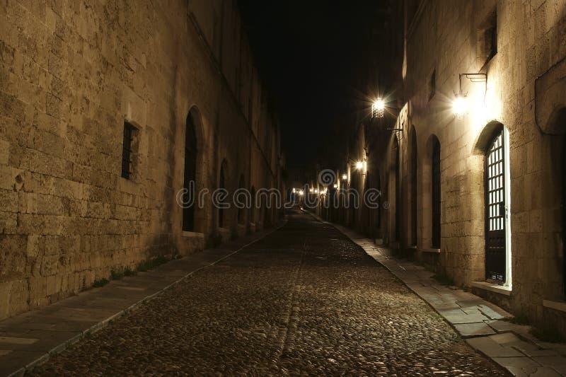 Viale medioevale dei cavalieri alla notte fotografia stock