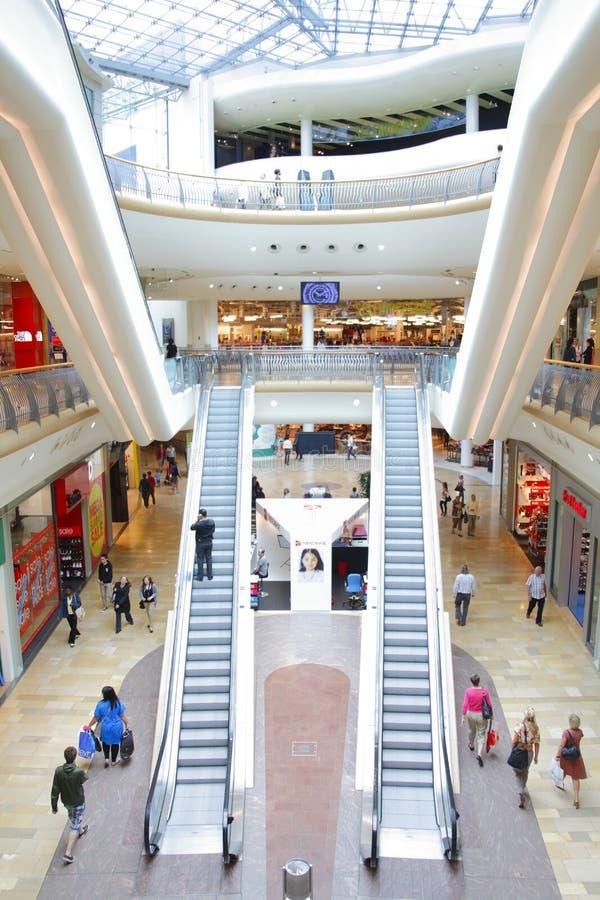Viale moderno del centro commerciale immagini stock