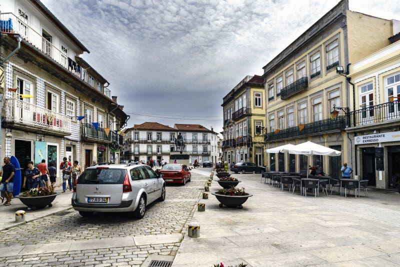 Viana faz Castelo, Portugal 15 de agosto de 2017: A rua chamou Santo Domingo, no fundo a estátua do mercado do dos de Bartolomeu  imagens de stock