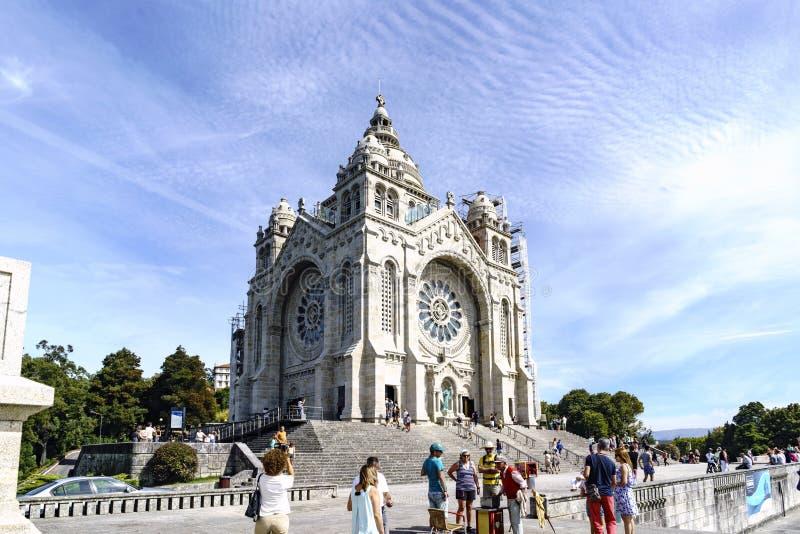 Viana gör Castelo, Portugal Augusti 15, 2017: Allmän sikt av fristaden av Santa Lucia och förgården Med stentrappa och royaltyfri fotografi