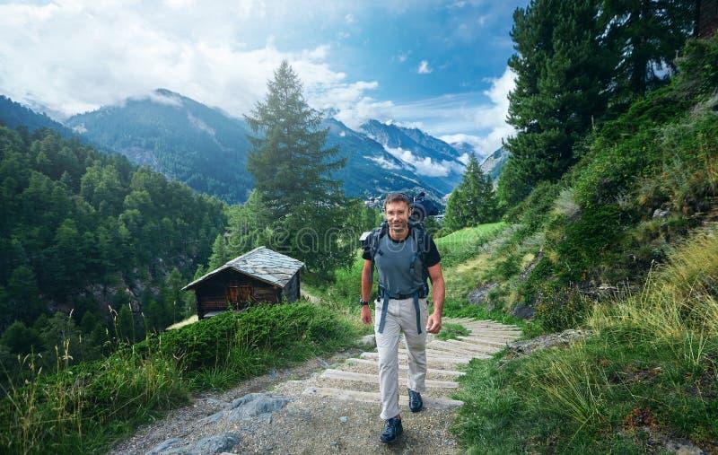 Viandante adulta nelle montagne svizzere immagine stock libera da diritti