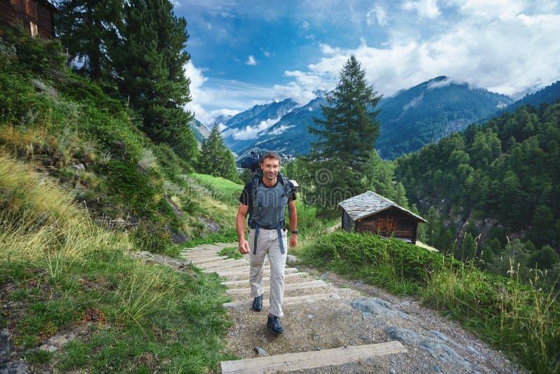 Viandante adulta nelle montagne svizzere fotografia stock libera da diritti