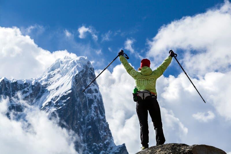 Viandante che cammina in montagne dell'Himalaya, Nepal della donna fotografia stock libera da diritti