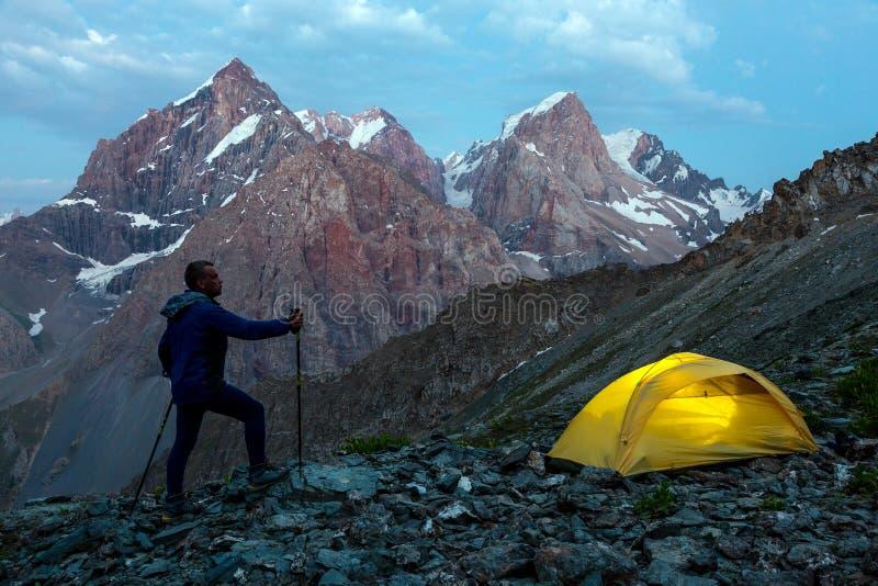 Viandante che cammina verso la tenda rampicante illuminata immagini stock