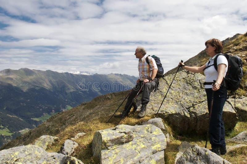 Viandante che gode della vista stunning delle alpi fotografia stock