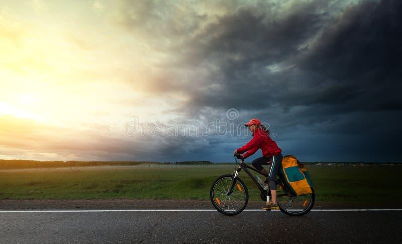 Viandante che guida la bici fotografia stock libera da diritti