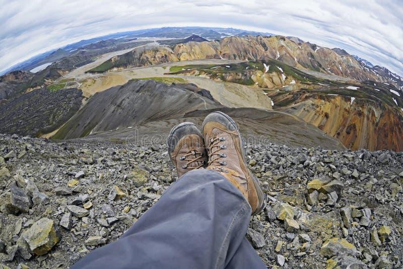 Viandante che riposa sopra il Landmannalaugar, Islanda immagini stock libere da diritti