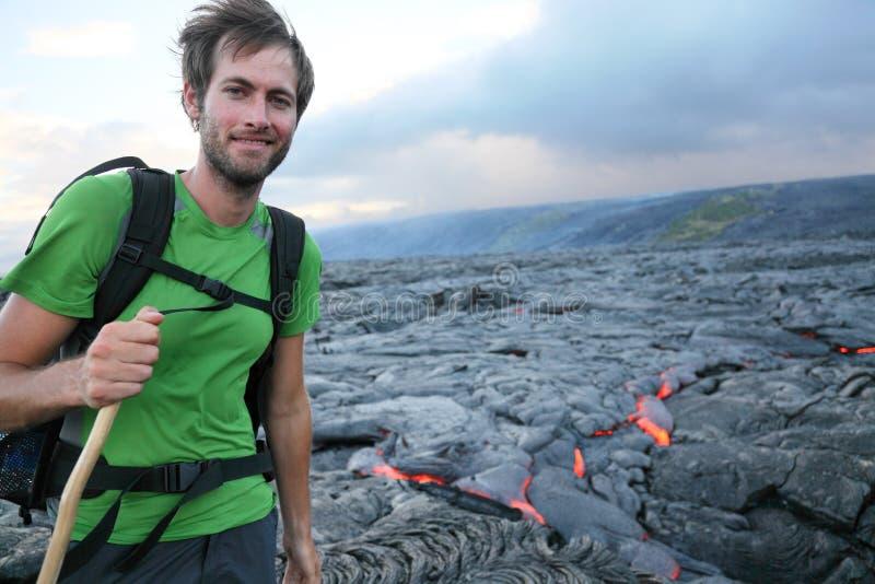 Viandante dell'Hawai che fa un'escursione dalla lava scorrente fotografia stock