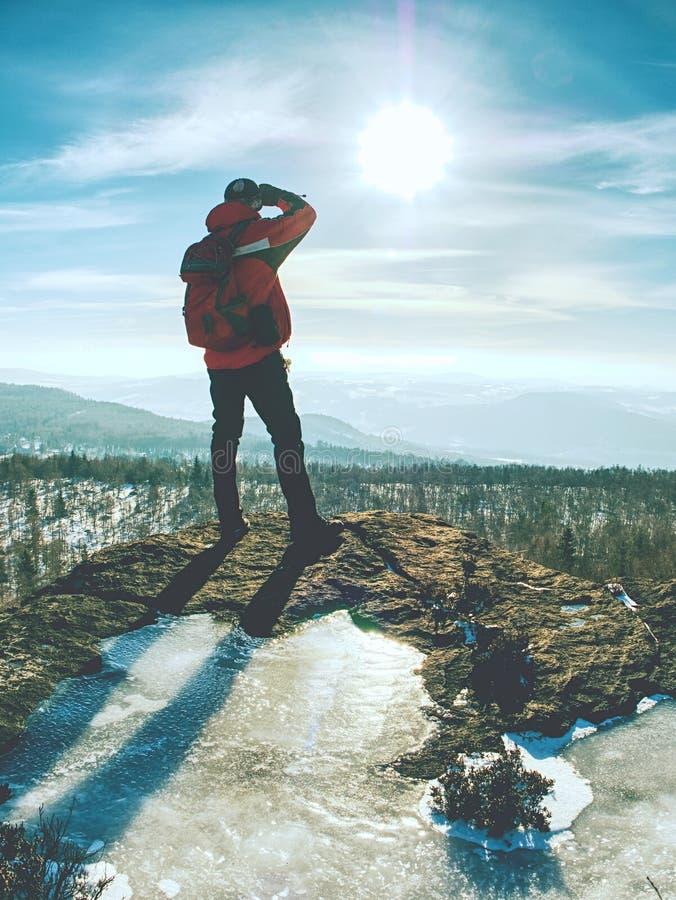 Viandante dell'uomo con lo zaino nella passeggiata di orario invernale fotografie stock libere da diritti