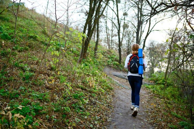 Viandante della donna che cammina la traccia di montagna nel fine settimana fotografia stock libera da diritti