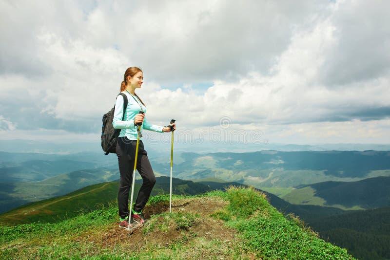 Viandante della donna che gode della vista del paesaggio delle montagne Carpathians, Ucraina fotografie stock libere da diritti