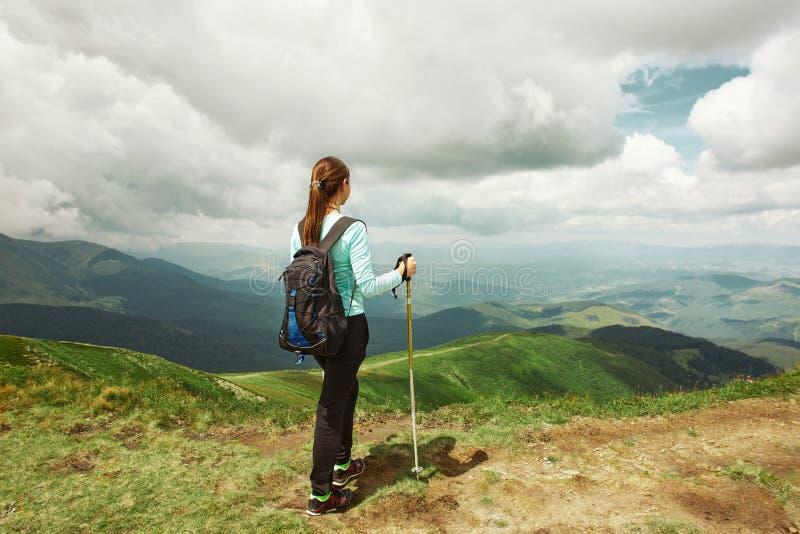 Viandante della donna che gode della vista del paesaggio delle montagne Carpathians, Ucraina immagini stock
