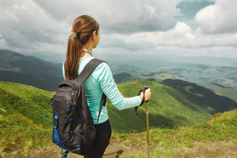Viandante della donna che gode della vista del paesaggio delle montagne Carpathians, Ucraina immagine stock