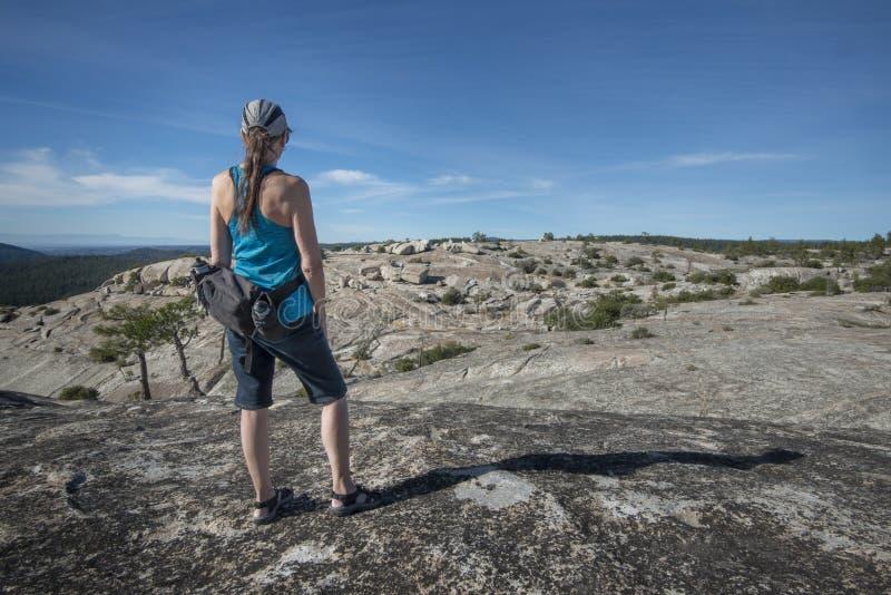 Viandante della donna in cima alla montagna della roccia immagini stock