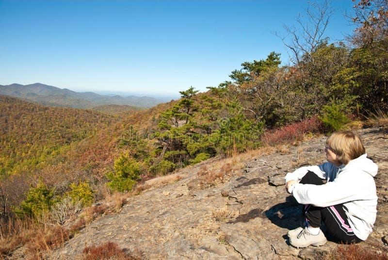 Viandante della donna su una roccia fotografia stock