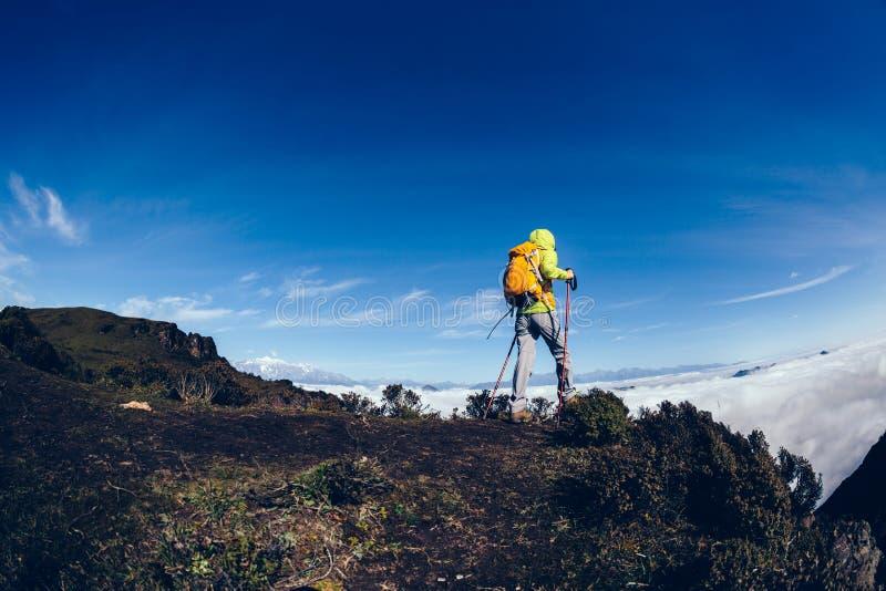 Viandante della donna sul picco di montagna immagini stock libere da diritti
