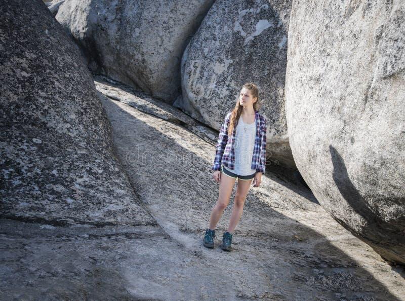 Viandante della giovane donna in canyon roccioso fotografia stock