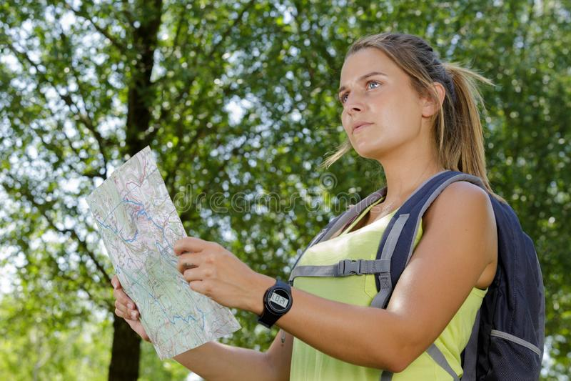 Viandante delle donne con la mappa fotografie stock libere da diritti