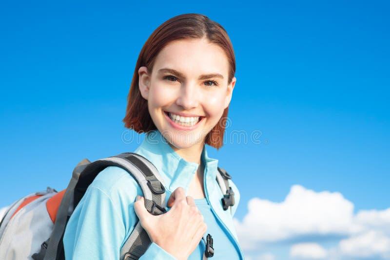Viandante felice della montagna della donna fotografie stock libere da diritti