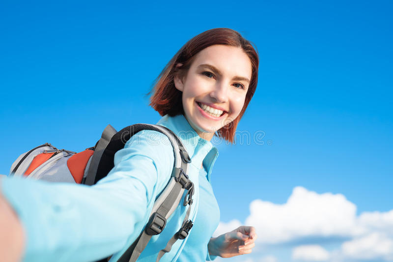 Viandante felice della montagna della donna immagine stock