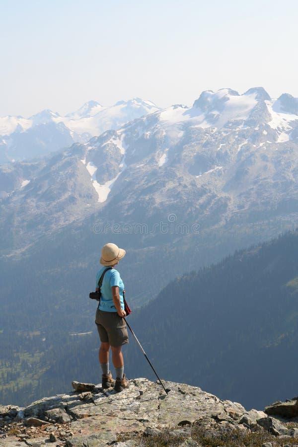 Viandante femminile che si leva in piedi sopra la valle del Callaghan fotografie stock libere da diritti